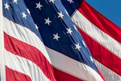 Η αμερικανική σημαία εξωράϊσε με τα αστέρια και τα κύματα λωρίδων στον αέρα ενάντια σε έναν μπλε ουρανό Στοκ φωτογραφίες με δικαίωμα ελεύθερης χρήσης