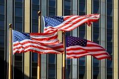 Η αμερικανική σημαία κυματίζει στον αέρα στα πλαίσια του κτηρίου Έννοια του πατριωτισμού τρισδιάστατη σημαία ΗΠΑ Στοκ Φωτογραφίες