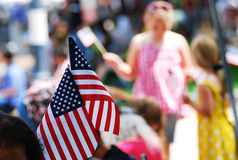 Η αμερικανική σημαία παρουσιάζει σε 4ο της παρέλασης Ιουλίου Στοκ Φωτογραφία