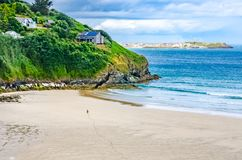 Η αμμώδης παραλία, απότομος βράχος και βλέπει στην Κορνουάλλη στοκ εικόνες