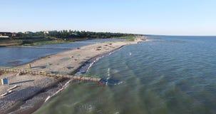 Η αμμώδης παραλία με τους ανθρώπους vacationers Το Copter παίρνει την κορυφή φύσης απόθεμα βίντεο
