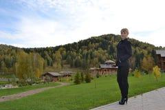 Η λαμπρότητα των βουνών και του κοριτσιού Στοκ φωτογραφία με δικαίωμα ελεύθερης χρήσης