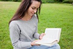 η ανάγνωση κοριτσιών βιβλίων χαλάρωσε τις νεολαίες Στοκ φωτογραφία με δικαίωμα ελεύθερης χρήσης