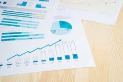 η ανάπτυξη γραφικών παραστάσεων επιχειρησιακών διαγραμμάτων αυξανόμενη ωφελείται τα ποσοστά Στοκ Φωτογραφίες