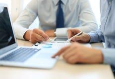 η ανάπτυξη γραφικών παραστάσεων επιχειρησιακών διαγραμμάτων αυξανόμενη ωφελείται τα ποσοστά Στοκ Εικόνες