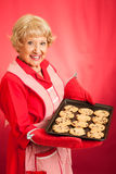 Η αναδρομική νοικοκυρά ψήνει τα μπισκότα τσιπ σοκολάτας Στοκ Εικόνα