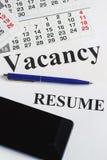 Η αναζήτηση εργασίας, αναζήτηση εργασίας, επαναλαμβάνει το γράψιμο Σημειωματάριο, smartphone και Στοκ εικόνες με δικαίωμα ελεύθερης χρήσης