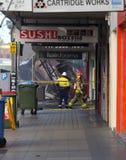 Η αναζήτηση και η διάσωση πυρκαγιάς αρχίζουν τα υπολείμματα ενός καταστήματος από πίσω Στοκ φωτογραφία με δικαίωμα ελεύθερης χρήσης