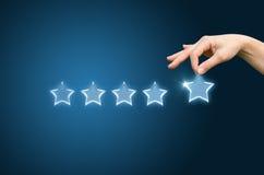 Η αναθεώρηση πελατών δίνει έναν πέντε αστέρων Στοκ φωτογραφίες με δικαίωμα ελεύθερης χρήσης