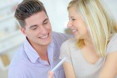 Η ανακάλυψη ζεύγους οδηγεί δοκιμή εγκυμοσύνης στοκ φωτογραφίες με δικαίωμα ελεύθερης χρήσης