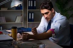 Η ανακουφίζοντας πίεση υπαλλήλων από τις υπερωρίες με τα ναρκωτικά φαρμάκων στοκ φωτογραφία