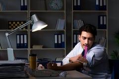 Η ανακουφίζοντας πίεση υπαλλήλων από τις υπερωρίες με τα ναρκωτικά φαρμάκων στοκ φωτογραφίες