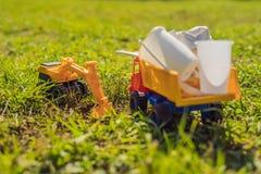 Η ανακύκλωση παιχνιδιών αγοριών Θάβει τα πλαστικά μίας χρήσης πιάτα και τα βιοδιασπάσιμα πιάτα στοκ φωτογραφίες με δικαίωμα ελεύθερης χρήσης