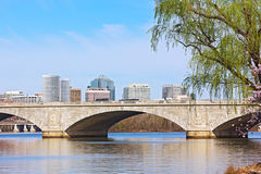 Η αναμνηστική γέφυρα πέρα από Potomac τον ποταμό και ένας ορίζοντας πόλεων κατά τη διάρκεια του κερασιού ανθίζουν στο Washington  Στοκ Εικόνες