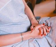 Η αναμονή συνεδρίασης γυναικών που διπλώνεται τα πόδια της οπλίζει Στοκ εικόνα με δικαίωμα ελεύθερης χρήσης