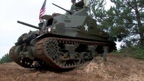 Η αναπαράσταση παρουσιάζει, παγκόσμιος πόλεμος δύο αμερικανική sherman δεξαμενή απόθεμα βίντεο
