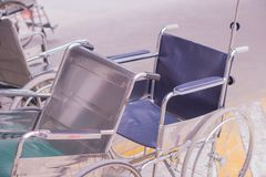 Η αναπηρική καρέκλα περιμένει τον ασθενή μπροστά από το νοσοκομείο στοκ φωτογραφίες