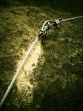 Η αναρρίχηση και το irone σκαλοπατιών έστριψαν το σχοινί, πορεία ορειβατών στο βουνό μέσω του ferrata Στοκ Φωτογραφίες