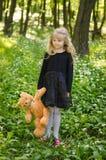 η ανασκόπηση αντέχει απομονωμένο το κορίτσι teddy λευκό Στοκ Εικόνα