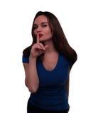 η ανασκόπηση που καλύπτει το στόμα συντηρήσεών της shhhh βλασταίνει τις νεολαίες λευκών γυναικών στούντιο σιωπής Στοκ Εικόνα