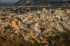 η ανασκόπηση το ελληνικό ηφαίστειο όψης σκαφών santorini νησιών κρουαζιέρας bougainvillea Στοκ Εικόνα