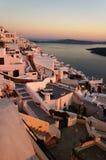 η ανασκόπηση το ελληνικό ηφαίστειο όψης σκαφών santorini νησιών κρουαζιέρας bougainvillea Στοκ Εικόνες
