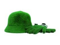 η ανασκόπηση φορά γάντια στο πράσινο καπέλο πέρα από το λευκό Στοκ εικόνα με δικαίωμα ελεύθερης χρήσης