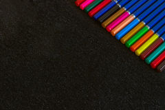 η ανασκόπηση χρωμάτισε το σκοτεινό ουράνιο τόξο μολυβιών Στοκ Εικόνες
