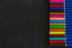η ανασκόπηση χρωμάτισε το σκοτεινό ουράνιο τόξο μολυβιών Στοκ Φωτογραφία