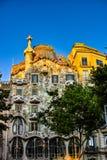 Η ανατολή λάμπει στο παλαιό κτήριο στη Βαρκελώνη Στοκ Φωτογραφίες