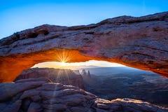 Η ανατολή στην αψίδα Mesa στοκ εικόνες