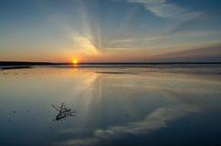 Η ανατολή στη λίμνη, τα σύννεφα απεικονίζεται στο νερό Στοκ Φωτογραφία