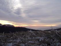 Η ανατολή χειμερινών ήλιων ουρανού τοποθετεί το σύννεφο λόφων Στοκ φωτογραφία με δικαίωμα ελεύθερης χρήσης