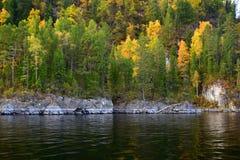 Η ανατολική δύσκολη ακτή της λίμνης Teletskoye, απότομοι βράχοι που καλύφθηκαν με ένα όμορφο δάσος την εικόνα λήφθηκε μια ημέρα φ στοκ εικόνες με δικαίωμα ελεύθερης χρήσης