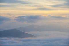 Η ανατολή πέρα από τα σύννεφα, τοποθετεί Cucco, Ουμβρία, Apennines, Ιταλία Στοκ Εικόνες