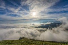 Η ανατολή πέρα από τα σύννεφα, τοποθετεί Cucco, Ουμβρία, Apennines, Ιταλία Στοκ φωτογραφίες με δικαίωμα ελεύθερης χρήσης