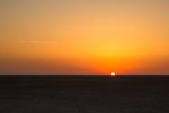 Η ανατολή σε Chott EL Jerid, εγκαταλείπει την ξηρά αλατισμένη λίμνη σε Σαχάρα Στοκ Φωτογραφίες