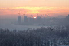 Η ανατολή στην πόλη κατά τη διάρκεια του χειμώνα Στοκ εικόνα με δικαίωμα ελεύθερης χρήσης