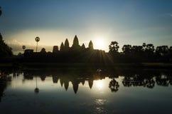 Η ανατολή στο ναό Angkor Wat σε Siem συγκεντρώνει Στοκ Φωτογραφία
