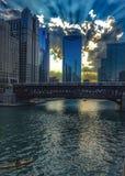 Η αναψυχή στον ποταμό του Σικάγου ως ουρανό απεικονίζει το ηλιοβασίλεμα και τα κτήρια Στοκ Εικόνες