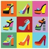 Η αναδρομική πλατφόρμα γυναικών λαϊκός-τέχνης υψηλή βάζει τακούνια στην αφίσα διανυσματική απεικόνιση