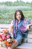 η ανθοδέσμη ανθίζει τις γυναίκες χεριών Στοκ φωτογραφία με δικαίωμα ελεύθερης χρήσης