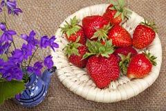 η ανθοδέσμη ανθίζει τις φράουλες Στοκ φωτογραφία με δικαίωμα ελεύθερης χρήσης