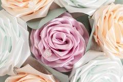 Η ανθοδέσμη, καλάθι του kanzashi λουλουδιών από τις κορδέλλες σατέν κλείνει επάνω το υπόβαθρο Ιαπωνικές παραδοσιακές χειροποίητες στοκ φωτογραφία με δικαίωμα ελεύθερης χρήσης