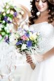Η ανθοδέσμη νυφών Μια ευτυχής νύφη που εξετάζει την ανθοδέσμη της στοκ φωτογραφίες με δικαίωμα ελεύθερης χρήσης