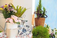 Η ανθοδέσμη τεχνητού αυξήθηκε και πραγματικά λουλούδια σε ένα δοχείο με τις εγκαταστάσεις στοκ εικόνες