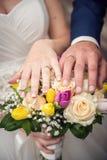 η ανθοδέσμη δίνει το γάμο δ Στοκ εικόνες με δικαίωμα ελεύθερης χρήσης