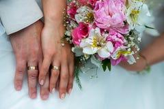 η ανθοδέσμη δίνει το γάμο δ Στοκ φωτογραφία με δικαίωμα ελεύθερης χρήσης