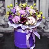 Η ανθοδέσμη με τα ιώδη λουλούδια και η κρέμα αυξήθηκαν Στοκ Εικόνα