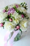 Η ανθοδέσμη νυφών του γάμου ανθίζει ρόδινο peony στο βάζο στο άσπρο υπόβαθρο στοκ εικόνες